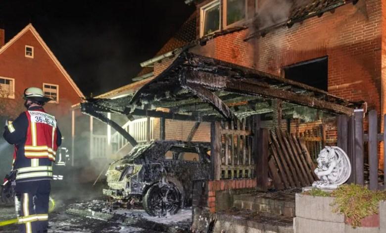 Bild von Feuer greift von brennendem PKW auf Wohnhaus über