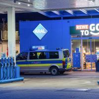 Mann überfällt Tankstelle mit Waffe - Polizei sucht Zeugen