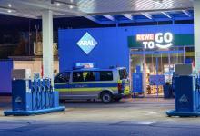 Bild von Mann überfällt Tankstelle mit Waffe – Polizei sucht Zeugen