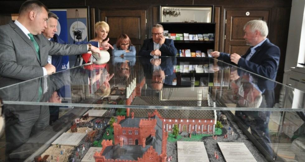 Kołobrzeskie historyczne ratusze. Do magistratu przekazano makietę stworzoną przez uczniów.