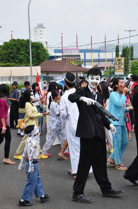 peserta pawai dengan kostum beragam