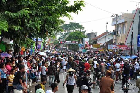jalanan dipenuhi oleh massa