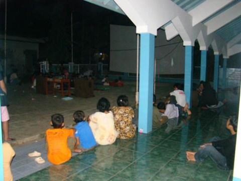 Beberapa warga menonton dari pelataran mushola