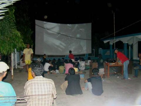 antusias warga Mandor Baret menonton film pada Acara Bioskop Kita