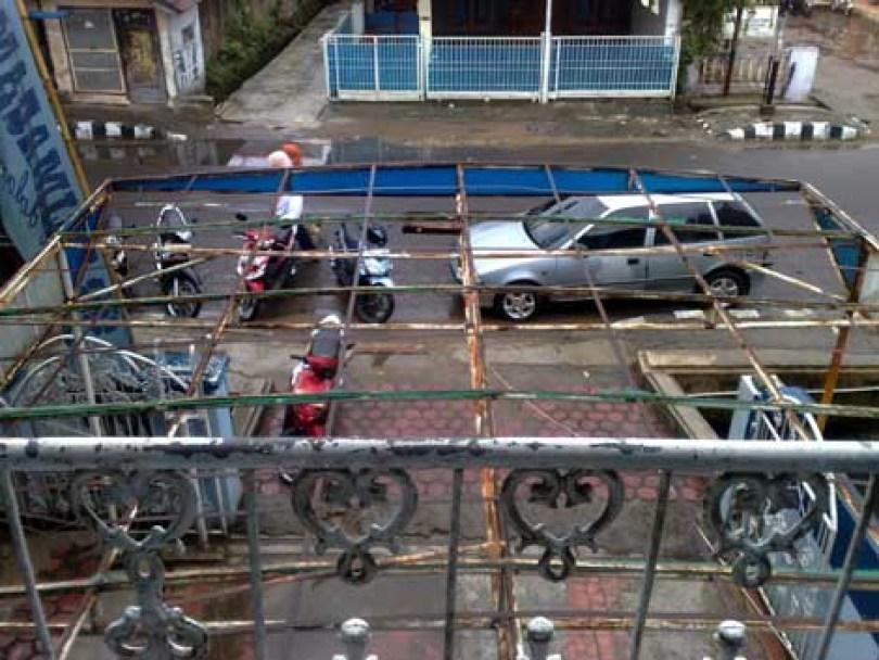 tempat parkir apotik Banten Farma tak beratap