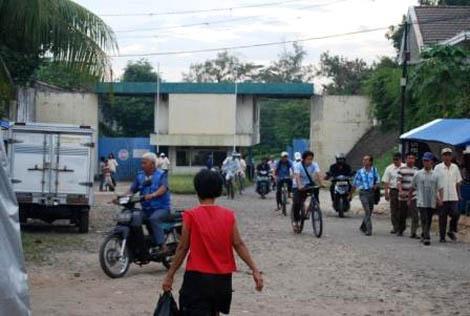 Suasana jam pulang kerja di Sandratex, para pekerja bergegas pulang
