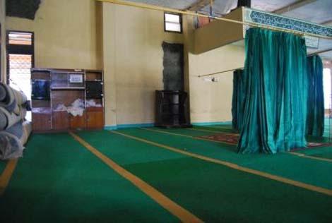 Tempat shalat pria dan wanita dibatas oleh tirai, seperti di masjid pada umumnya
