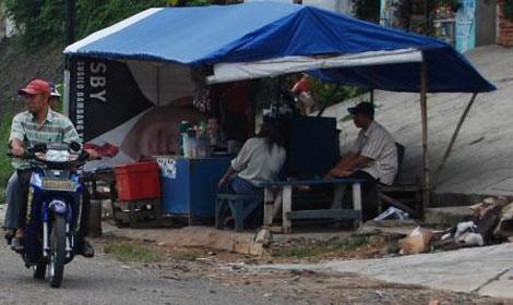 Warung tenda biru Mpok Enda, sumber informasiku