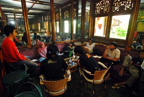Kelompok diskusi engenai hubungan masyarakat memilih tempat di bar