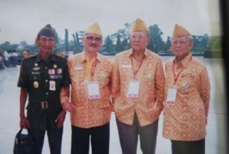 Foto Komandan Halim dengan pejuang veteran pusat