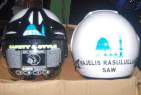Helm yang dijual berkat kerjasama antara Majelis rasulullah dengan BMC
