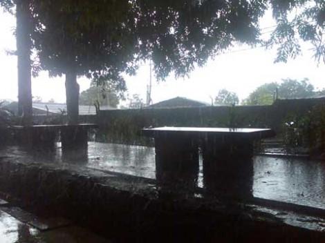 Hujan deras mengguyur Tikma