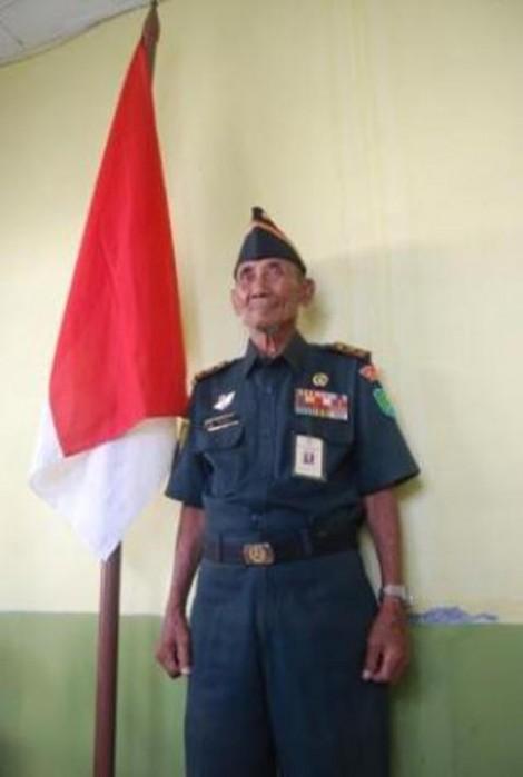 Pak Halim mengenakan seragam dinas kebanggaannya