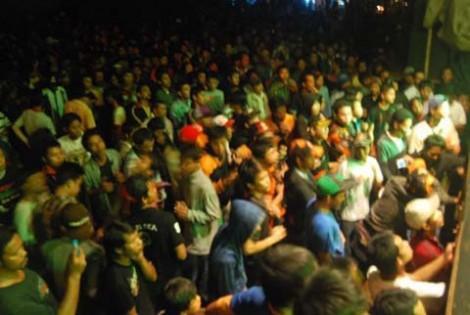 Kerumunan penonton yang berjoget bersama