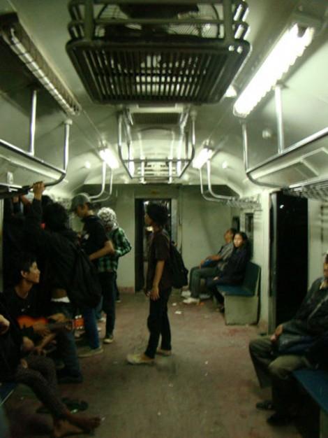 Mahasiswa yang cekakak-cekikik di dalam kereta