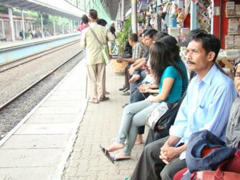 Beberapa orang sedang menunggu kereta di Stasiun Lenteng Agung