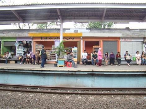 Suasana di Stasiun Lenteng Agung
