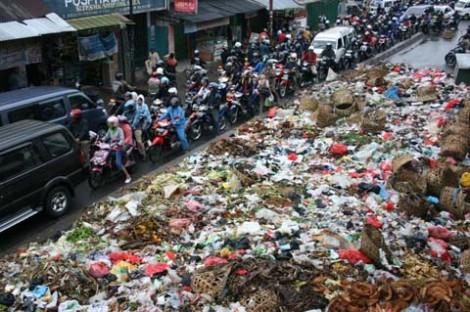 Tumpukan sampah menutupi badan jalan menuju Ciputat dan  menyebabkan kemacetan