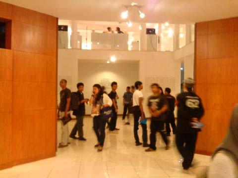 Para pengunjung pameran FIXER di North Art Space, Ancol