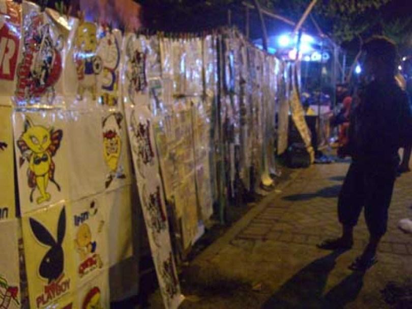 Para penjual stiker yang memanfaatkan keramaian untuk berjualan