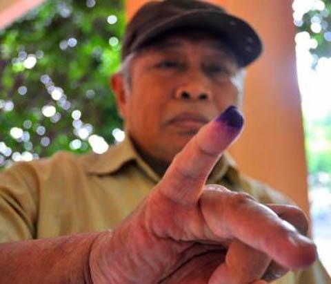 Pak Syamsuddin menunjukkan kelingkingnya setelah mencoblos di TPS 21