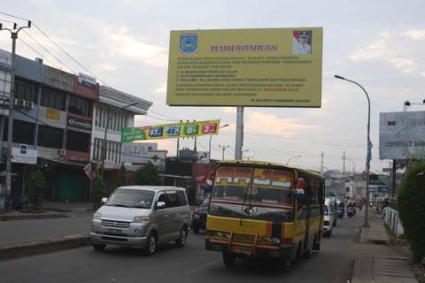 Papan pemberitahuan dari pemerintah tentang pembongkaran billboard reklame