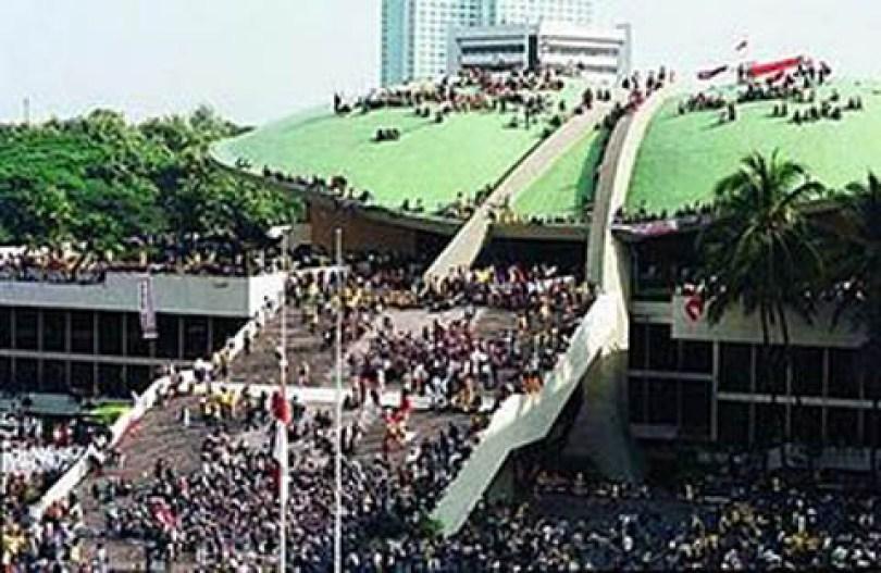 Para demonstran 1998 'menyerang' gedung DPR