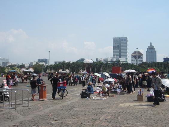 Suasana siang hari di Monas pada hari ulang tahun DKI Jakarta