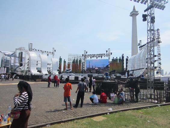 Suasana persiapan panggung untuk acara puncak ulang tahun DKI Jakarta di Monas