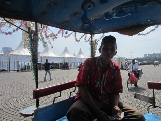 Pak Yahya, salah seorang kusir delman yang hari itu ikut menawarkan jasa angkutan kereta kudanya di area Monas.