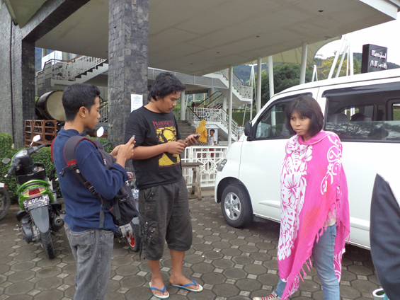 Partisipan pelatihan akumassa bernas sedang bersiap-siap melakukan observasi di kawasan Kampung Arab (Warung Kaleng), Cisarua, Bogor.