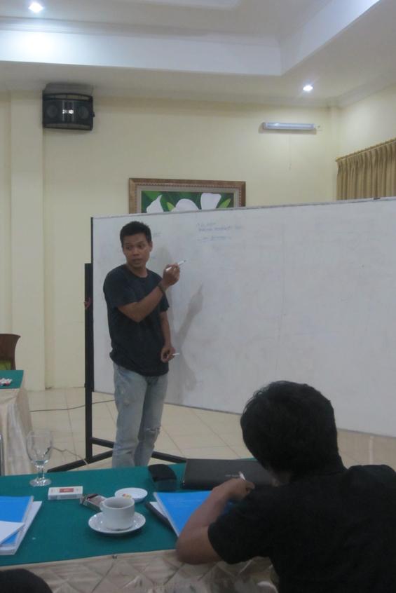 Bambang Sulistyo memberikan materi tentang bagaimana membuat outline dalam kerja jurnalisme investigasi.