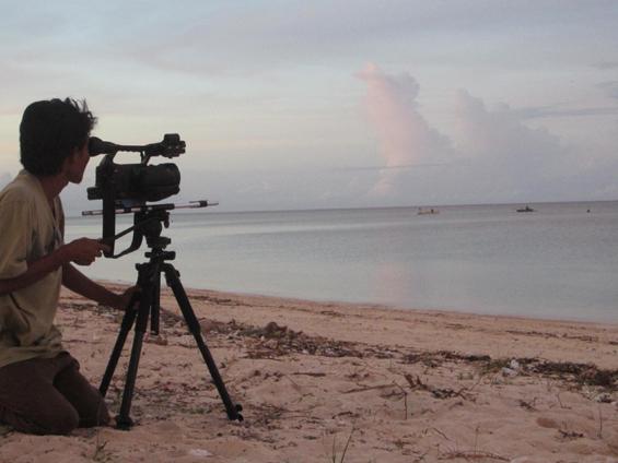 Syamsul Hadi sedang merekam aktivitas nelayan di Pantai Sira, Lombok Utara.