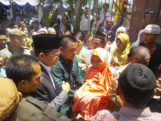 TGH. Zainul Majdi,MA disambut masyarakat