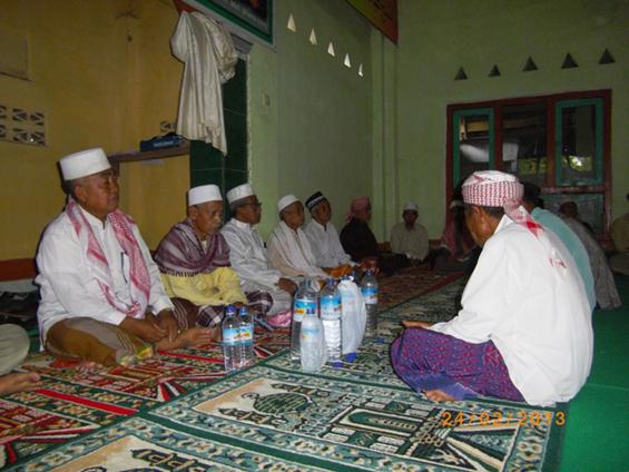 Tokoh Tuan Guru dalam film elesan (duduk bersandar di tiang) pada acara Haul Syeik Abdul Qadir