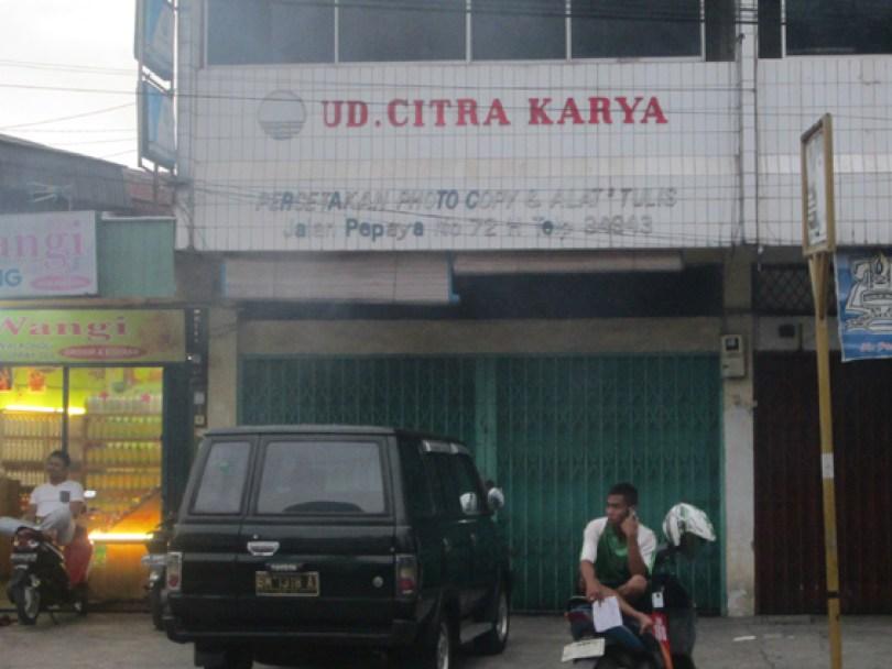 Ruko Citra Karya, toko percetakan milik ayah Riyan.
