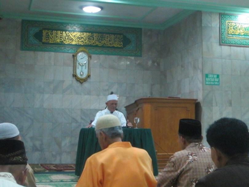 Seorang istadz memberikan santapan rohani kepada jamaah.