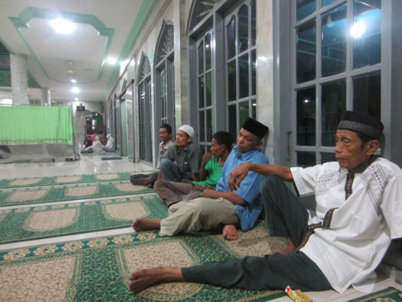 Warga sedang menunggu giliran menerima zakat fitrah.