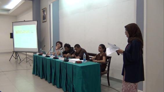 Pembawa acara menjelaskan jadwal penyelenggaraan Acara konferensi Pers MUSLIHAT OK. Video -- The 6th Jakarta International Video Festival.