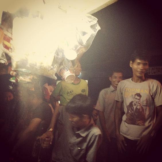 Dokumentasi akumassa Ad Hoc: suasana para penonton sepakbola di sebuah warung di Senen ketika laga Indonesia VS Turki. [Foto: Otty Widasari]