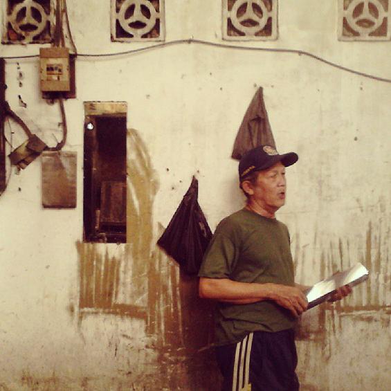 Pak Ukon, salah satu pengrajin kaleng yang masih ada di Pondok Kaleng [Foto: Andrie Sasono]