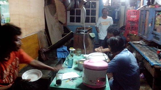Mbak Minah dan keluarga sedang bercengkrama saat makan malam.