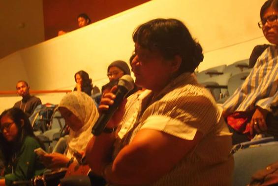 Salah seorang hadirin yang menyayangkan ketidakhadiran orang Papua dan komunitas lokal Papua di acara Penayangan karya-karya Halaman Papua.