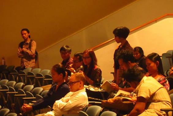 Salah seorang hadirin yang menanyakan aksi lanjutan dari program Media Untuk Papua Sehat.