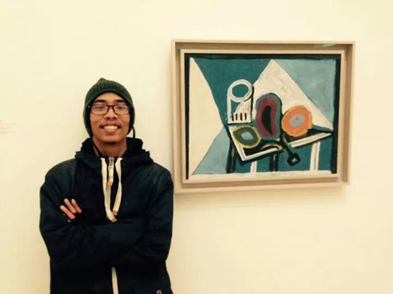 Saya berpose di depan karya Pablo Picasso.