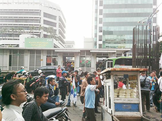 Suasana jalan di depan gedung KPK pada sore, sekitar pukul setengah enam.