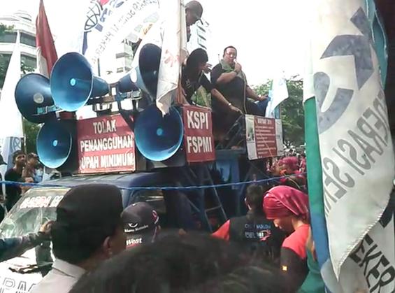 Jurnalis Kompas TV yang meminta maaf ke rombongan massa buruh.