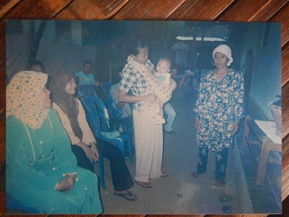 Foto dokumentasi milik Bu Imas. Tampak pada foto: halaman rumah Bu Imas, tahun 2007.