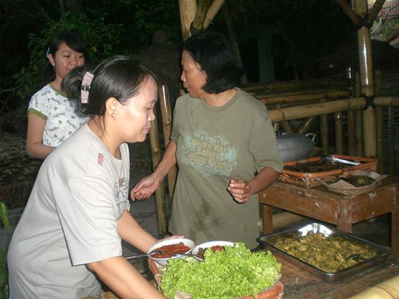 Ibuku, Yati Sumiati, sebagai salah satu pengelola Nasi Liwet Saung Ciranggon.