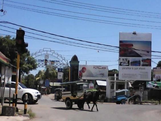 Perempatan Pemenang. Terlihat dalam foto, gerbang Bangsal dan jalan menuju Bangsal yang akan menjadi prioritas pembangunan.